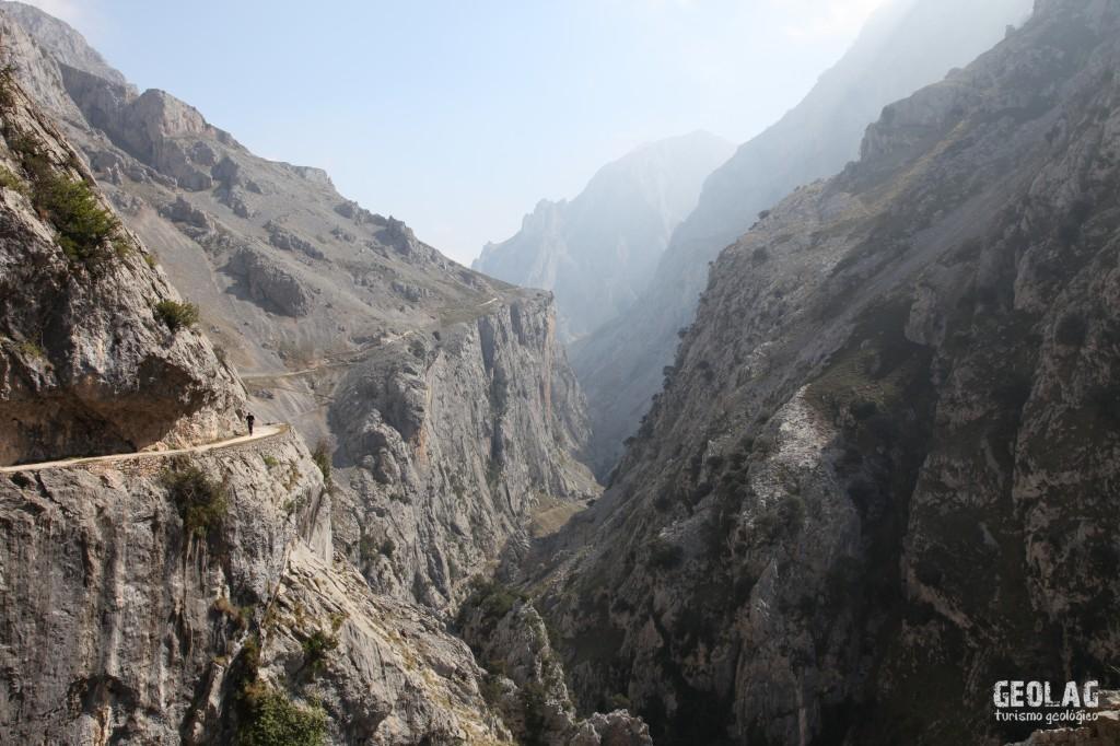 Desfiladero del Cares, límite natural entre los macizos occidental y oriental de los Picos de Europa.