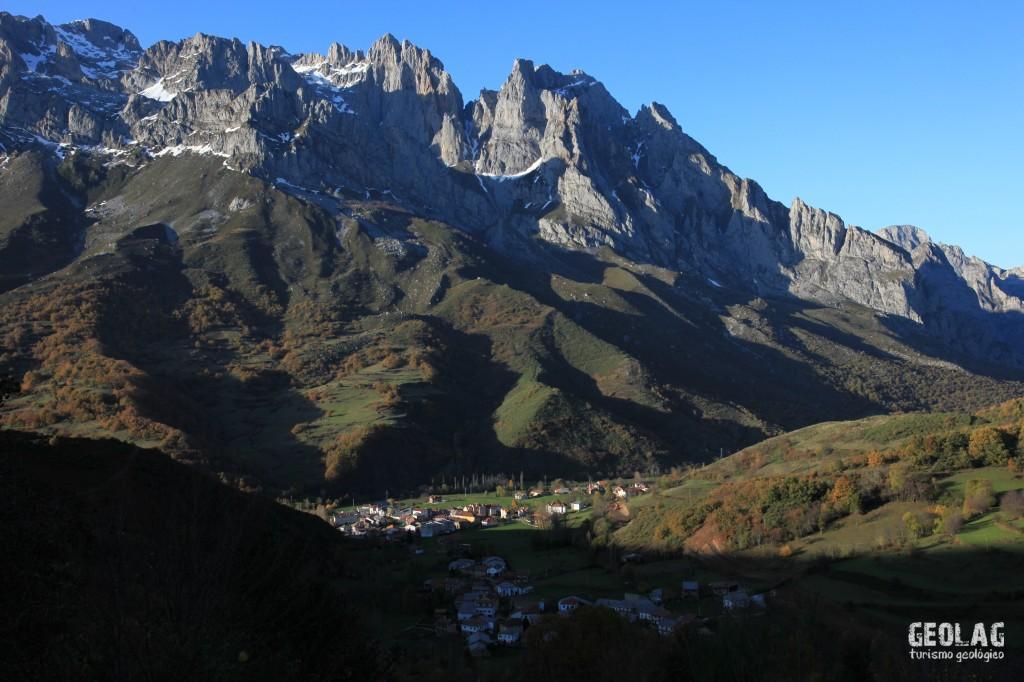 Valle de Valdeón con la Torre Bermeja al fondo.